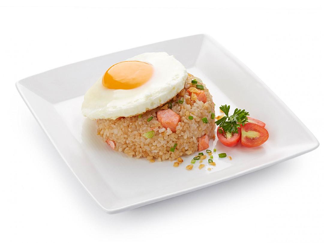 ข้าวผัดกระเทียมปลาแซลมอน